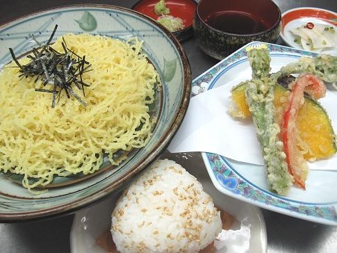 週替わり定食「ザル中華&野菜天ぷらとおにぎり」
